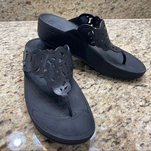 """NWOT Fit Flops Black """"Lace"""" Strap Design Flip Flop"""